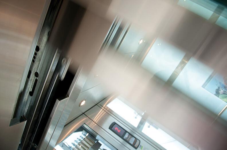 Voor liften leveren wij bijvoorbeeld dorpelprofielen, deurpanelen of dwarsbalken, maar ook decorprofielen voor het interieur van de cabine.