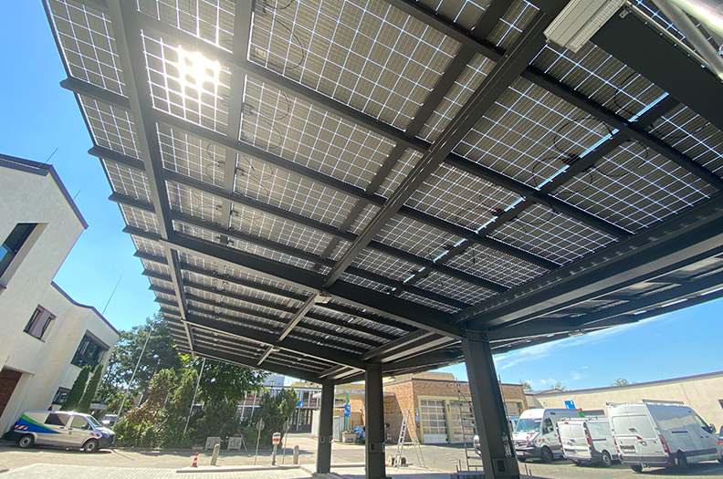 Renewable energy can also be generated in carports thanks to our profiles for substructures of versatile functionality. The cable routing for charging and feed-in infrastructure as well as the drainage is invisibly integrated in the profiles. © Kühling Metalltechnik