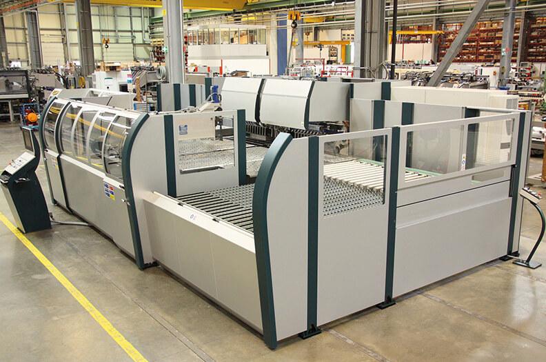 Gebogene Säulen- und Rahmenprofile sowie dafür erforderliche Verkleidungen und Abdeckprofile sorgen hier für anwendungssichere Blechbearbeitungsmaschinen.